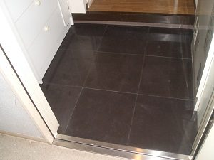 黒の磨きタイルの玄関床