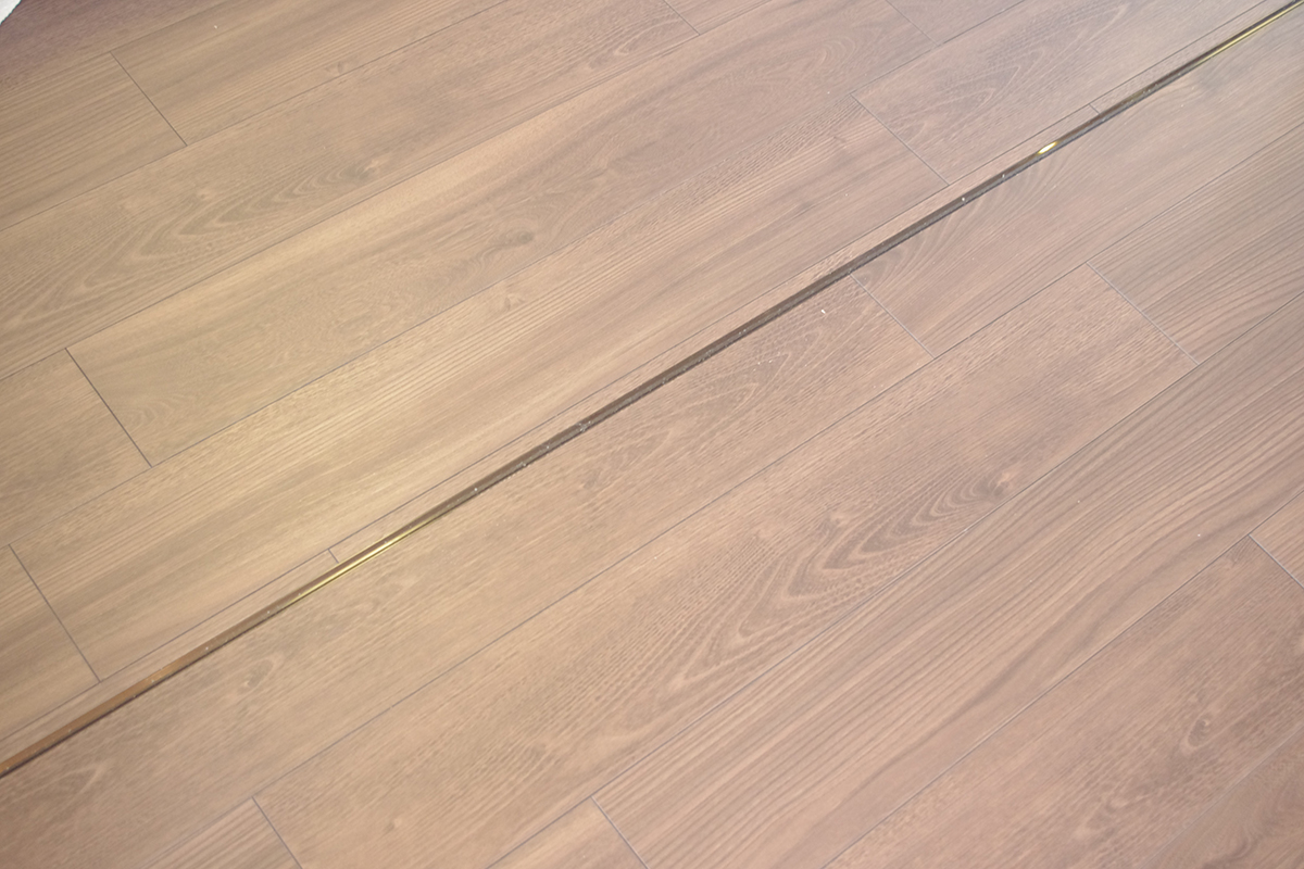アンバー色の上吊戸の床レール