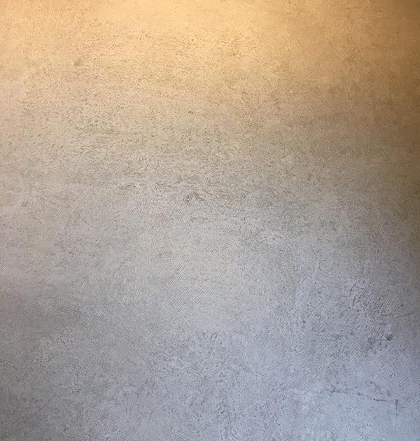 コンクリートのムラのある表情を再現した塗装