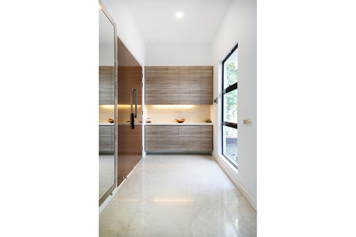エントランスホールの完成した様子。間接照明を設けて木目はキッチンと統一