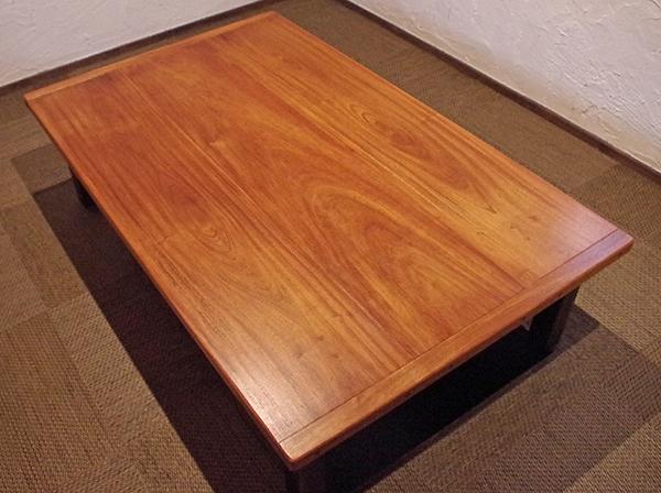 無垢のカリン材のテーブル