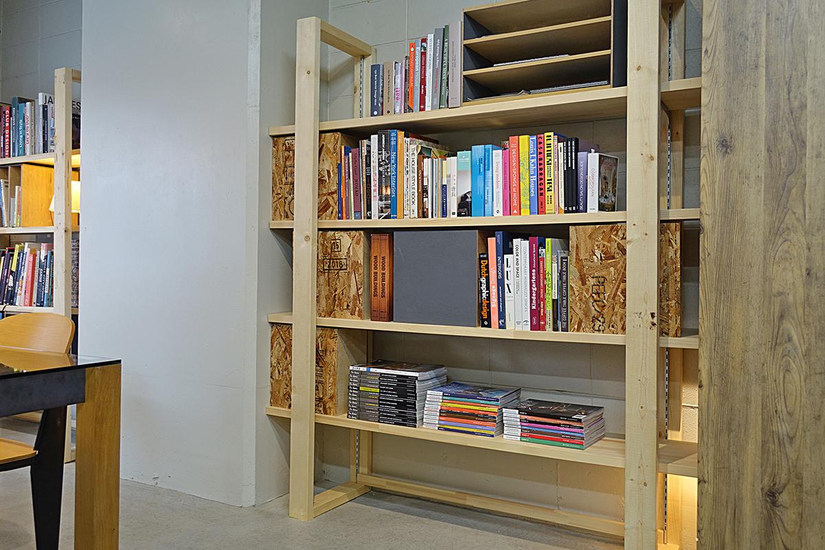 SPF材で作った可動式棚の本棚