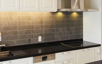 壁面に間接照明を設置した壁付けキッチン