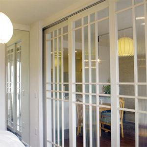 格子と型板ガラスでデザインされたリビングの間仕切り戸