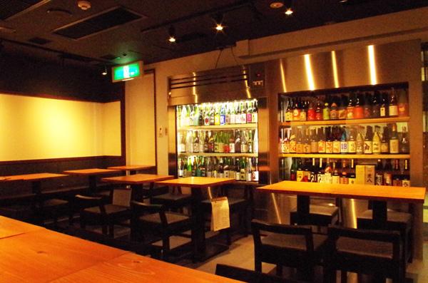 日本酒専用別注ショーケースを見ながら飲める店内テーブル席