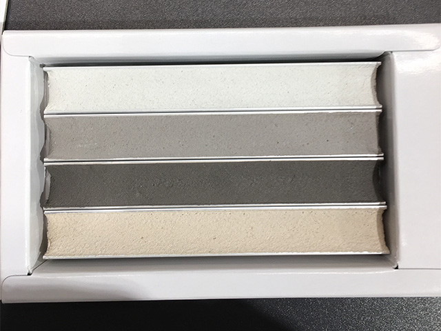 リクシルの目地材、スーパークリーンバストイレ用の実物カラーサンプルの写真