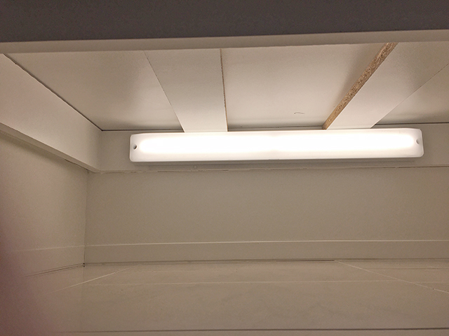 玄関収納の足元灯として設置した手元灯