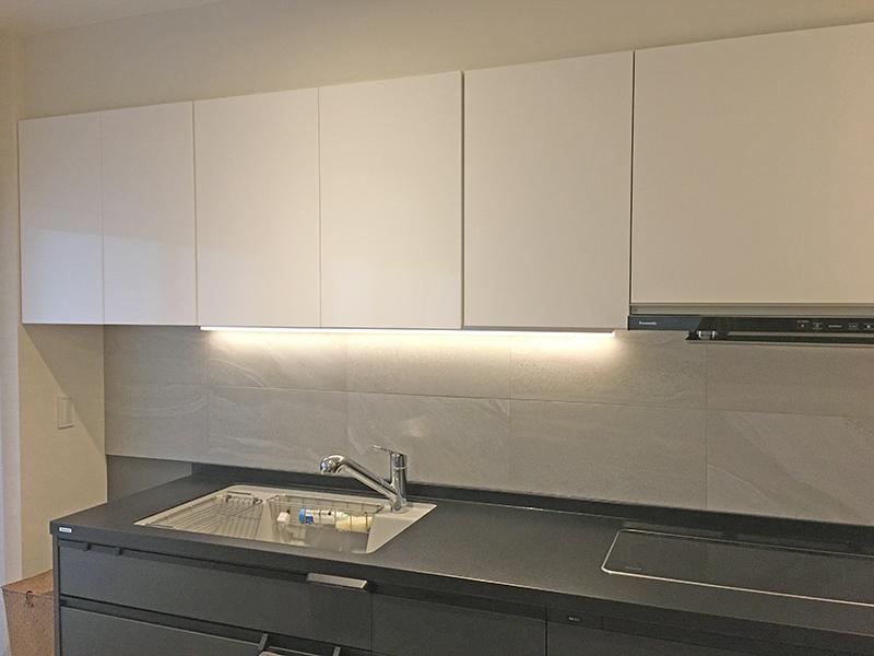 吊戸棚を移設転用して間接照明をリフォームしたキッチン吊戸棚