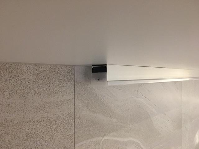 キッチン吊戸棚下に取り付けた間接照明の器具
