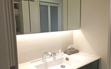 吊戸棚の下に間接照明をリフォームした洗面化粧台