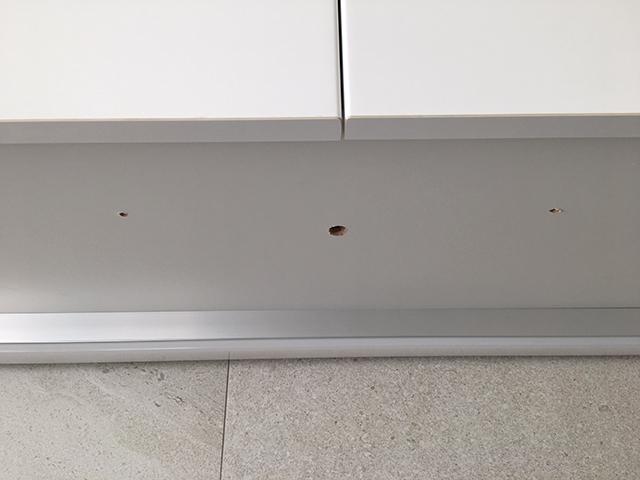 キッチン吊戸棚下の撤去した照明器具の穴