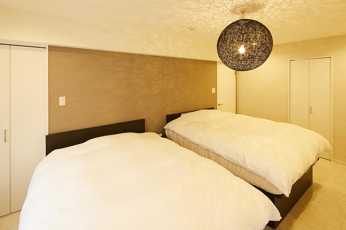 フローリング床の寝室