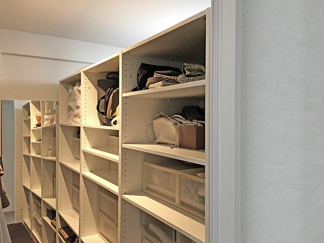 間仕切り家具収納で部屋を2つに分断させた洋室