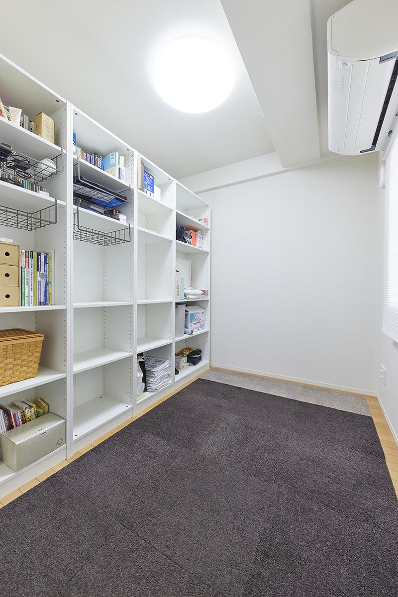 中置き家具で2分した納戸(DEN)