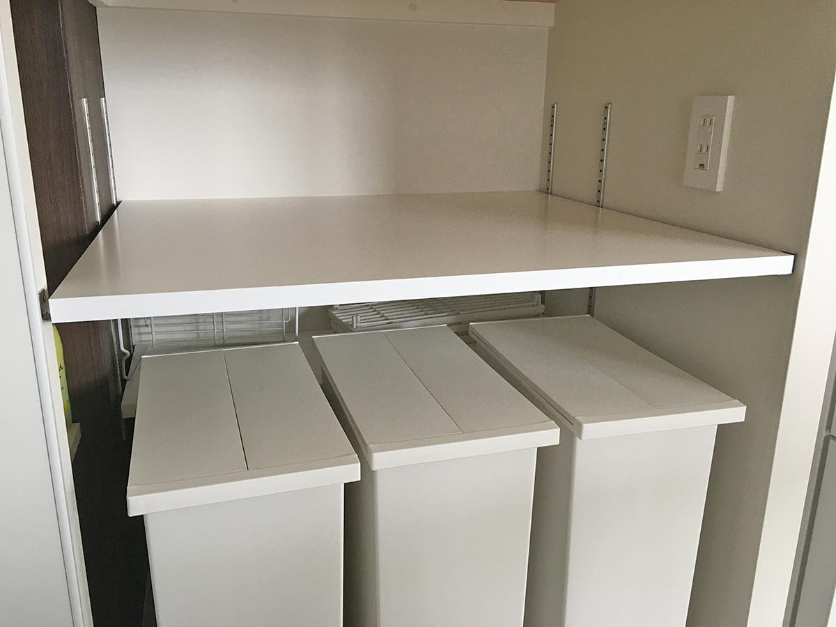キッチン横収納内部
